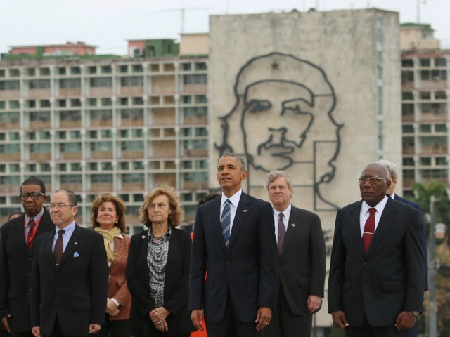 president-obama-poses-in-front-of-che-guevara-image-in-cubas-revolution-square-34129